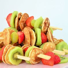 You made these poffertjes skewers super fast. Serve them with a high tea, . - You made these poffertjes skewers super fast. Serve them with a high tea, or take them to a picnic. Kid Desserts, Best Party Appetizers, Snacks Für Party, Chocolate Strawberry Desserts, Tea Recipes, Healthy Recipes, Poffertjes, Dessert Kabobs, Gourmet