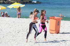 Aos 41, Danielle Winits exibe barriga trincada em dia de exercícios na areia