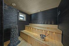 Tyylikäs ja moderni sauna, jossa ei varmasti kyllästy viettämään aikaa! Portable Sauna, Outdoor Sauna, Steam Sauna, Sauna Room, Laundry In Bathroom, Extra Seating, Home Renovation, Home And Living, Backyard