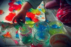 gelée colorée 220613 (5)  http://www.lepaysdesmerveilles.com/activites/un-atelier-colore-avec-de-la-gelatine-alimentaire.html