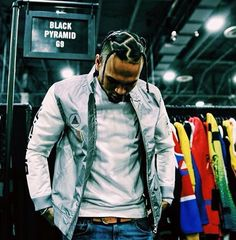 Get the Inspirational Chris Brown Hair Designs for You to Boost Your Appearance Chris Brown Outfits, Chris Brown Style, Breezy Chris Brown, Chris Brown Fashion, Big Sean, Trey Songz, Rita Ora, Nicki Minaj, Chris Brown Wallpaper