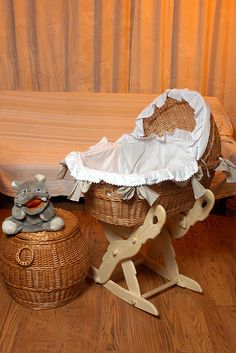 Cтаринные детские колыбельки и кроватки. Здесь кроватки из музеев, с аукционных сайтов, а также живопись. Кроватки делали из дерева,плетеные- из лозы и других материалов, иногда- металла, украшали резьбой и росписью. Они были подвесные, по типу люльки, или на гнутых полозьях, по принципу…
