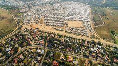 """El fotógrafo con sede en Ciudad del Cabo, Johnny Miller, decidió utilizar un avión no tripulado para crear su nuevo proyecto """"Escenas desiguales"""", en el que captura impactantes fotos aéreas que revelan las escenas de desigualdad que existen en ."""