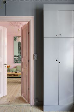 Elisabeth Aarhus Painting the doorframe the same colour as the walls of a colourful room, pink room Nordic Interior, Office Interior Design, Interior And Exterior, Interior Door, Deco Pastel, Turbulence Deco, Pink Room, Room Colors, Grey Colors