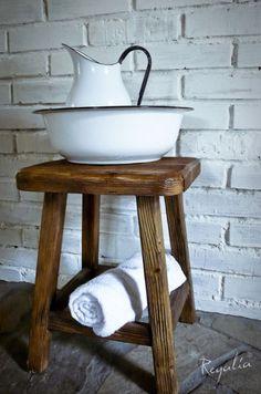 stołek drewniany ze starego drewna
