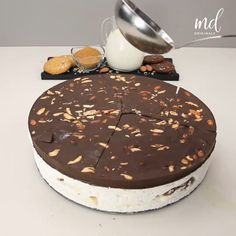 By: @metdaanoriginals Fun Baking Recipes, Sweet Recipes, Cake Recipes, Homemade Desserts, Delicious Desserts, Yummy Food, Chocolate Treats, Homemade Chocolate, Indian Dessert Recipes