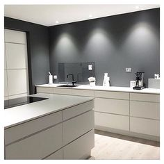The grey and white contrasts works very well in kitchen ☑️😄 Minimal Kitchen, New Kitchen, Interior Design Kitchen, Modern Interior Design, Küchen Design, House Design, Kitchen Wall Colors, Kitchen Installation, Interior Inspiration