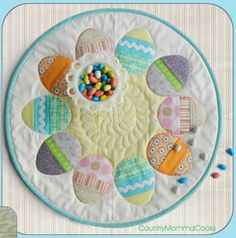 Easter Applique Wall Hanging by Christina Sherrod at Craft and Fabric . Table Runner And Placemats, Table Runner Pattern, Quilted Table Runners, Easter Projects, Easter Crafts, Easter Ideas, Diy Quilt, Applique Wall Hanging, Quilted Table Toppers