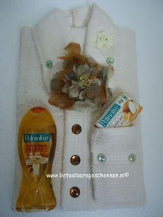 Een leuke variant op het herenoverhemd is de handdoek damesblouse. Een uniek cadeau voor de feestdagen! www.betaalbaregeschenken.nl