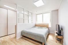안방이 넓다면 옷장과 침대를 답답해보이지 않는 가벽으로 분할하여 파우더룸?(화장대)로 이용하는것도 좋다.