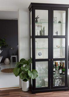 Svartmålat Ikea Liatorp med nya knoppar More Värmeljus, stearinljus Condo Living, Home Living Room, Room Inspiration, Interior Inspiration, Liatorp, Glass Cabinet Doors, Beautiful Interior Design, Dining Room Design, Furniture Makeover
