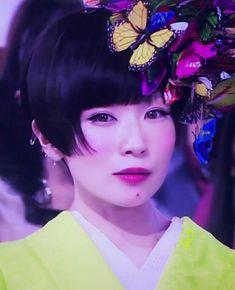 椎名林檎イエイ👍 Shiina Ringo, Witch Cake, Flower Headdress, Poppy Seed Cake, Kimono Fashion, Poppies, Hair Beauty, Hairstyle, Kawaii