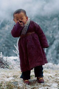 Enfant himalayen photographié par Olivier Föllmi