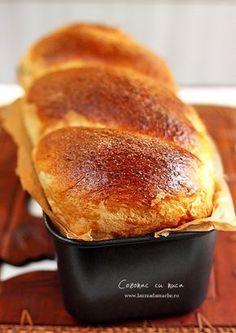 Walnut-Filled Sweet Bread / Cozonac cu nuca - Recipe with pics. in Romanian and English (just scroll down the recipe) Romanian Desserts, Romanian Food, Romanian Recipes, Sweets Recipes, Baking Recipes, Cake Recipes, Artisan Bread, Naan, Sweet Bread