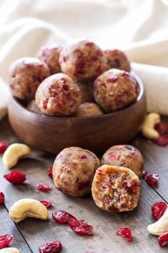 These Cranberry Vanilla Energy Bites are a healthy, gluten-free, vegan and paleo snack that helps curb your sugar cravings! Paleo Protein Bars, Protein Bar Recipes, Raw Food Recipes, Cooking Recipes, Free Recipes, Healthy Recipes, Vegan Sweets, Healthy Sweets, Healthy Snacks