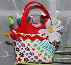 Boutique NutMeg Designs: Pretty Little Purse Pincushion Tutorial-I thought this pin cushion was just too cute not to post. Felt Crafts, Fabric Crafts, Sewing Crafts, Sewing Projects, Craft Patterns, Sewing Patterns Free, Free Pattern, Pincushion Tutorial, Pincushion Patterns