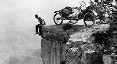 Hombre asomado al borde del Gran Cañón (1914).