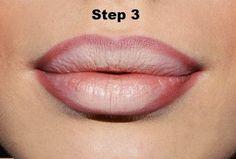 Мгновенный трюк для объемных губ: макияж будет готов за 15 секунд. Нанесите обычную помаду, а затем — светлый карандаш для губ на середину верхней и нижней губы. Растушуйте по направлению к краям.