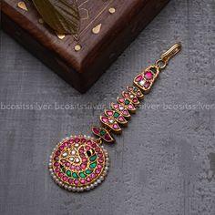 Tikka Jewelry, Headpiece Jewelry, Indian Jewelry Sets, Bridal Jewelry, Jewelry Design Earrings, Gold Earrings Designs, Gold Jewellery Design, Antique Jewellery Designs, Gold Jewelry Simple