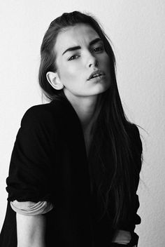 The long dark hair, bold eyebrows, makeup that looks like she's not wearing makeup and the clothes. Portrait Inspiration, Makeup Inspiration, Character Inspiration, Pretty People, Beautiful People, Bold Eyebrows, Black Brows, Eye Brows, Langer Bob