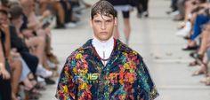 Louis Vuitton convirtió el Palais Royal en una versión chic de Hawái a través de looks que combinaban sastrería sofisticada con elementos procedentes del surf. El británico Kim Jones incluye camisas hawaianas, pantalones de neopreno, sombreros denim, collares de conchas y sandalias deportivas...