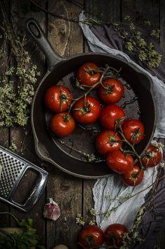 Un piatto semplice che ha il profumo dell'estate, dell'origano e del basilico fresco, un modo originale per servire le classiche polpette… POMODORI RIPIENI DI CARNE Ingredienti per 3-4 persone: 750 g di pomodori a grappolo 400 g di... Read The Post