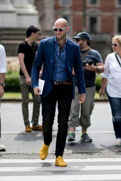 2016-10-24のファッションスナップ。着用アイテム・キーワードはサングラス, シャツ, ジャケット, スニーカー, テーラード ジャケット, デニム, デニム・ダンガリーシャツ, 黒パンツ,etc. 理想の着こなし・コーディネートがきっとここに。| No:172822