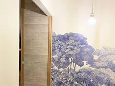 壁紙は自分でも貼り替えられる!と聞くけれど、本当に簡単にできるのでしょうか。材料をどこでどう揃えたらいいのかも… Divider, Rugs, Furniture, Home Decor, Farmhouse Rugs, Decoration Home, Room Decor, Home Furnishings, Home Interior Design