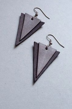 TRIANGLE CHIC black and grey leather earrings