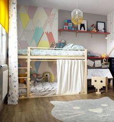Hoy traemos un dormitorio infantil muy bien aprovechado. Uno de esos dormitorios que nos gustan por varios motivos, por la organización, la funcionalidad y la adaptación de los muebles al tamaño de nuestros hijos. Sí, ya sabemos que eso es esencial para que los peques puedan desarrollarse como personas autónomas, según el método Montessori. Un dormitorio que, además, utiliza un sinfín de colores demostrándonos que no hay problema alguno en llenar un espacio de vida a través de ellos si optamos p Toddler Bed, Loft, Furniture, Home Decor, Colores Paredes, Bedding, Cozy Corner, Blank Canvas, Taken Advantage Of