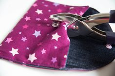 Sew a small easy pouch (beginner level - Corbeau - - Coudre une petite pochette facile (niveau débutant Sew a small pocket easy (beginner level) - The sewing tutorials of Dodynette - Sewing Hacks, Sewing Tutorials, Sewing Projects, Sewing Tips, Recycle Old Clothes, Diy Clothes, Pochette Portable Couture, Elsbeth Und Ich, Six Bag