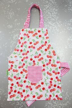 This stylish toddler apron/smock will protect your child during any creative endeavor. Perfect for every day use during messy craft projects or