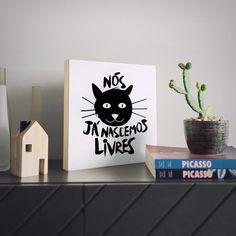 """O Quadro Flat é perfeito para presentear os amigos ou pra presentear a sua própria casa.  Com impressão diretamente na madeira ele chega prontinho para ser usado e dispensa o uso de moldura e vidro. Tem 30x30cm e linhas retas para uma decoração leve e moderna!  - Na foto a arte """"Somos Livres"""" para os apaixonados por ronronados!  - #QuadroFlatNCDJ - Compre pelo site: http://ift.tt/1dqyBxz (link na bio) #nacasadajoana #abaixoasparedesvazias #pôster #posters #quadros #enquadrados #design…"""
