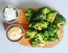 Broccoli-fritter m. urtecreme og chilimayo 😍😍 Skær broccolien i mundrette stykker. Steg dem på en pande, så de får lidt kulør. Bag dem efterfølgende i ovnen i 15 min. på 150c.  Super nemt. Super lækkert. #aftensmad #dinner #broccoli #sidedish #tilbehør #grøntsager #instafood #paleo #lchf #healthyfood #healthyliving #sundhed #sund #ernæring #mums #muskelmad #velvære #veggie #vegetarmad #veggiefood #smagfuldmad #smagenersagen #hjemmelavet #fitfamdk #fitfam #sundlivsstil