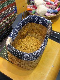 Akiko Ike, artiste textile japonaise, qui a inventé le Chiku Chiku (l'Art du… Japanese Textiles, Japanese Patterns, Japanese Fabric, Sashiko Embroidery, Japanese Embroidery, Fabric Art, Fabric Crafts, Boro Stitching, Hand Stitching