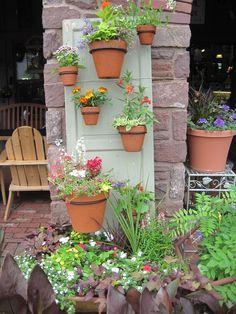 idées-déco-jardin-vieille-porte-jardin-vertical-pots-fleurs-terre-cuite