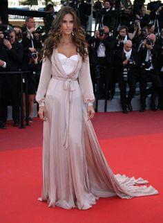 <p>La modelo Izabel Goulart escogió un vestido camisero de satén color rosa palo y body-corset de Ralph & Russo para asitir a la premiere de 'Julieta'. Un diseño de Ralph & Russo.</p><p>Source: Diez Minutos</p>