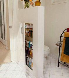 Le placard caché de la salle de bain, dans la cloison.