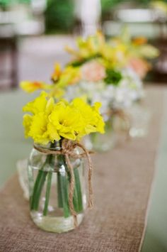Spring Wedding Theme: Daffodils - Wedding Centerpieces. http://simpleweddingstuff.blogspot.com/2014/11/spring-wedding-theme-daffodils.html