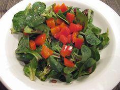 Feldsalat mit eingelegtem Paprika passt zum Wetter an sich und dem kalten im…