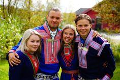 Samiske veivisere reiser rundt og informerer ungdommer i skoler og andre arenaer om samisk kultur og samfunnsforhold. Tilbudet er gratis. De samiske veiviserne reiser hovedsaklig rundt på videregående skoler, men besøker også gjerne andre ungdomsfora og studenter ved lærerutdanningene i landet, og opplever at deres kunnskaper er sterkt etterspurt også på dette nivået. Årlig velges det fire samiske ungdommer mellom 18-25 år for å bli samiske veivisere. The Unit, Culture, Couples, Couple Photos, Style, Fashion, Voyage, Couple Shots, Swag