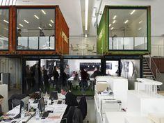 Salas de reunião instaladas em cointeiners criando um espaço de trabalho bem diferente.