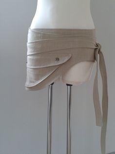 """Hüfttasche """"Ananda""""  Die ausgefallene Hüfttasche zum Wickeln!  Ein absolut praktischer und kleidsamer Begleiter für alle Situationen.  Die grosse Tasche mit drei schmückenden Kraterknöpfen aus..."""