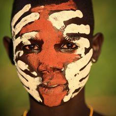 Fotograaf #DietmarTemps baant zich een weg naar de meest geïsoleerde stammen van #Afrika en legt ze op unieke wijze vast. #Ethiopië.