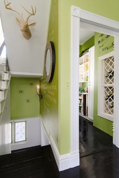 Couloirs peints en vert anis marié aux boiseries peintes en blanc