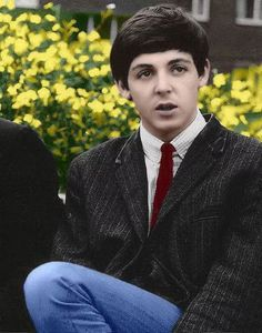 ♡♥Paul McCartney 18 relaxes outside in 1960 - click on pic to see a full screen pic in a better looking black background♥♡ My Love Paul Mccartney, John Lennon Paul Mccartney, Great Bands, Cool Bands, The Beatles Yesterday, Sir Paul, John Paul, Famous Musicals, Beatles Love