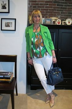 Add a vibrant touch to your white pants with a geometric print blouse and matching jacket. Fashion Over 40, 50 Fashion, Retro Fashion, Womens Fashion, Fashion Spring, Fashion Tips, White Outfits, Cool Outfits, Backless Evening Gowns