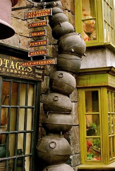 In the Harry Potter series, Potage's Cauldron Shop is a cauldron shop in the north side of Diagon Alley. When students are enrolled at Hogwarts, they are required to purchase a Pewter Cauldron from Potage's, as part of their school supply list. Deco Harry Potter, Mundo Harry Potter, Harry Potter Halloween, Harry Potter World, Ron Y Hermione, Ginny Weasley, Draco Malfoy, Hermione Granger, Hogwarts
