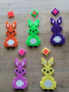 Påskeharer i forskellige farver, lavet ud af perler.