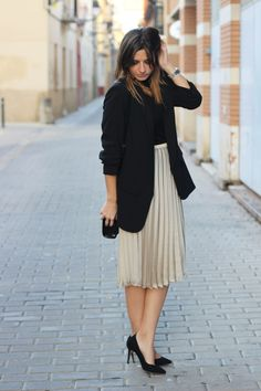 With what to wear a pleated skirt: fashion images of the season Work Fashion, Modest Fashion, Skirt Fashion, Fashion Outfits, Trendy Fashion, Style Fashion, Mode Chic, Mode Style, Classy Outfits